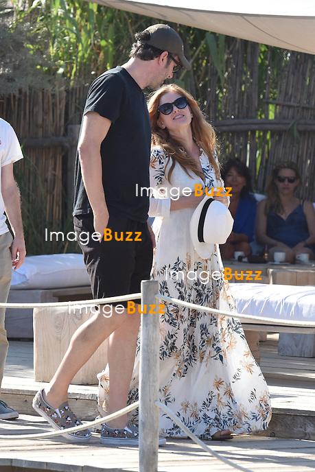 Sacha Baron Cohen, sa femme Isla Fisher, Bono et sa femme Ali  et No&ecirc;l Gallagher et sa femme Sara Mcdonald arrivent au Club 55 &agrave; Saint-Tropez.<br /> France, Saint-Tropez, le 19 ao&ucirc;t 2015. <br /> Sacha Baron Cohen, his wife Isla Fisher, Singer Bono &amp; his wife Ali, No&euml;l Gallagher &amp; his wife Sara Mcdonald arrive at Club 55 in Saint-Tropez.<br /> France, Saint-Tropez, 19 August 2015.
