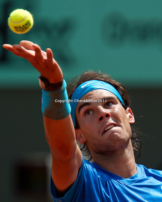28-05-11, Tennis, France, Paris, Roland Garros , Rafael Nadal tosses the Roland Garros ball to serve