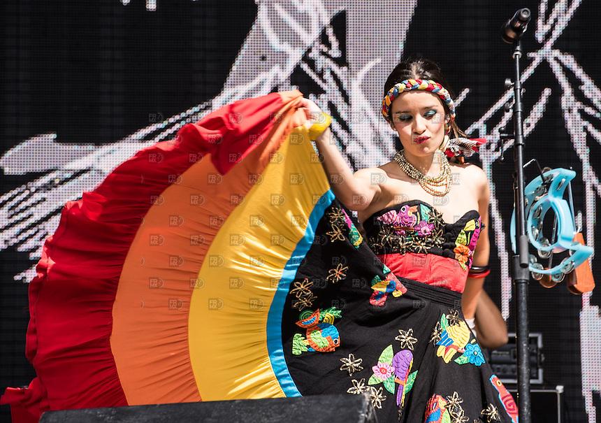 CIUDAD DE MEXICO, D.F. 14  Marzo.-  El grupo colombiano, Monsieur Periné, durante el Vive Latino 2015 en el Foro Sol,  el 14 de Marzo de 2015.  FOTO: ALEJANDRO MELENDEZ