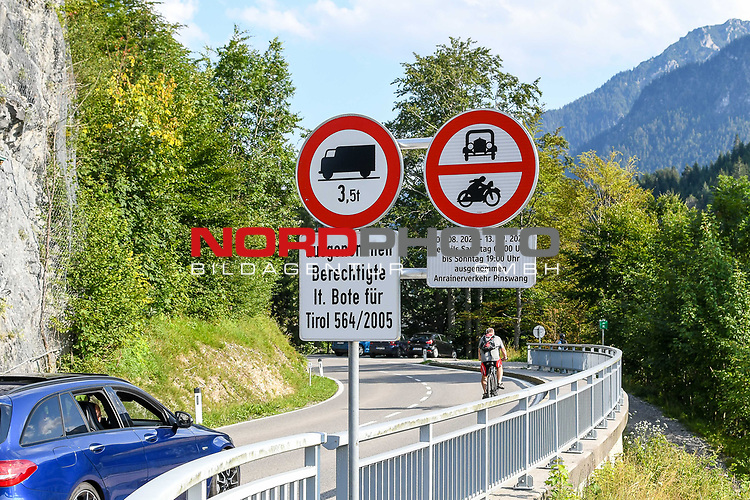 30.07.2020, Pinswang, Bezirk Reutte, AUT, Regionales Fahrverbot in Tirol, die Landesregierung in Tirol führt ab 1.08.2020 im Bezirk Reutte vorübergehend wieder ein regionales Wochenend-Fahrverbot ein. Dieses gilt bis einschließlich 13.09.2020 an Ausweichrouten entlang der B179 (Fernpassroute)<br /> im Bild Verbotsschild im Bereich Pinswang<br /> <br /> Foto © nordphoto / Hafner