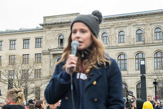 """Schuelerstreik und Demonstration """"Fridays4Future"""" (#f4f) in Berlin.<br /> Ca. 15.000 Menschen, hauptsaechlich Schuelerinnen und Schuler kamen am Freitag den 15. Maerz 2019 in Berlin zur woechentlichen Klimademonstration um gegen die Klimapolitik der Bundesegierung zu protestieren. Erstmals wurden sie dabei von Eltern (""""Parents for Future"""") und Wissenschaftlern (""""Scientist for Future"""") unterstuetzt.<br /> An diesem Freitag streikten Schuelerinnen und Schueler weltweit  in mehr als 1650 Staedten fuer ein umdenken in der Klimapolitik.<br /> Im Bild: Luisa Neubauer, Schueleraktivistin aus Berlin. Im Hintergrund das Bundesverkehrsministerium.<br /> 15.3.2019, Berlin<br /> Copyright: Christian-Ditsch.de<br /> [Inhaltsveraendernde Manipulation des Fotos nur nach ausdruecklicher Genehmigung des Fotografen. Vereinbarungen ueber Abtretung von Persoenlichkeitsrechten/Model Release der abgebildeten Person/Personen liegen nicht vor. NO MODEL RELEASE! Nur fuer Redaktionelle Zwecke. Don't publish without copyright Christian-Ditsch.de, Veroeffentlichung nur mit Fotografennennung, sowie gegen Honorar, MwSt. und Beleg. Konto: I N G - D i B a, IBAN DE58500105175400192269, BIC INGDDEFFXXX, Kontakt: post@christian-ditsch.de<br /> Bei der Bearbeitung der Dateiinformationen darf die Urheberkennzeichnung in den EXIF- und  IPTC-Daten nicht entfernt werden, diese sind in digitalen Medien nach §95c UrhG rechtlich geschuetzt. Der Urhebervermerk wird gemaess §13 UrhG verlangt.]"""