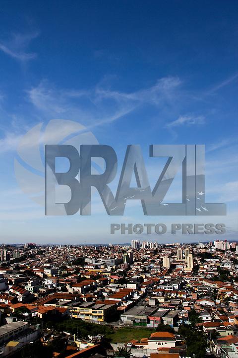 SAO PAULO, SP, 26 DE FEVEREIRO 2012. CLIMA TEMPO CAPITAL PAULISTA. Ceu azul na regiao do bairro do Jabaquara, zona sul de SP, na manha deste domingo, 26. (FOTO: MILENE CARDOSO - BRAZIL PHOTO PRESS)