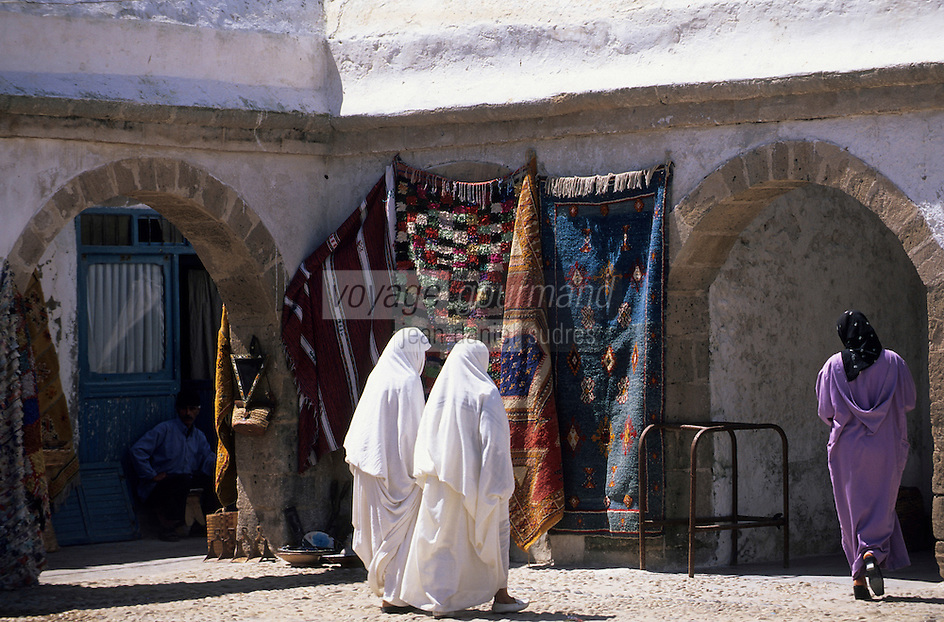 Afrique/Maghreb/Maroc/Essaouira : Femmes dans le souk
