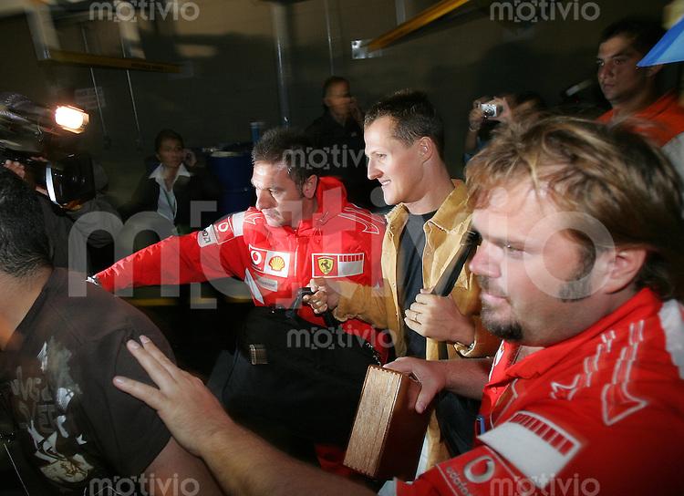 Sport Formel 1 Grand Prix von Brasilien in Sao Paulo  22.10.06 Michael Schumacher (GER, Ferrari) verlaesst nach dem Rennen zum letzten mal die Rennstrecke