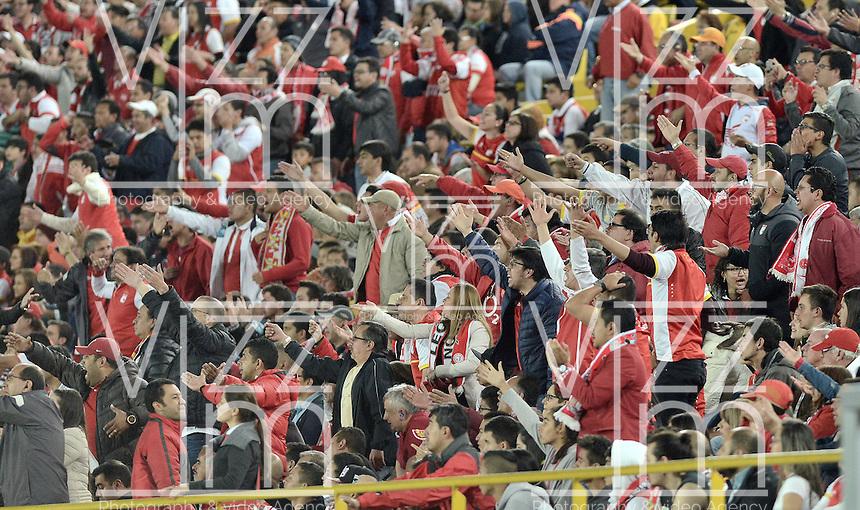 BOGOTÁ -COLOMBIA, 03-10-2015. Hinchas del Santa Fe animan a su equipo durante el encuentro entre Independiente Santa Fe y Atlético Junior por la fecha 15 de la Liga Aguila II 2015 jugado en el estadio Nemesio Camacho El Campín de la ciudad de Bogotá./ Fans of Santa Fe cheer for their team during the match between Independiente Santa Fe and Atletico Junior for the date 15 of the Aguila League II 2015 played at Nemesio Camacho El Campin stadium in Bogotá city. Photo: VizzorImage/ Gabriel Aponte / Staff