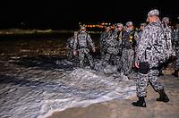 RIO DE JANEIRO, RJ,27  DE JULHO DE 2013 -PROTESTO EM COPACABANA-JMJ-Manifestantes tentam furar o bloqueio da Força Nacional em direção aos peregrinos acampados nas areias da praia de Copacabana, em Copacabana, zona sul do Rio de Janeiro.FOTO:MARCELO FONSECA/BRAZIL PHOTO PRESS