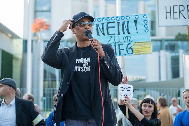 Ca. 300-350 Menschen nahmen am 3. Oktober 2014 vor dem Kanzleramt in Berlin an einer Mahnwache fuer den Frieden der sog. Montagsdemo teil.<br /> An der Manhwache nahmen Vertreter der sog. Querfront-Iedologie und Verschwoerungstheoretiker teil<br /> Im Bild: Zu den Kundgebungsteilnehmern sprach neben bekennenden Rechten auch der deutsche Pop- und Schlagersaenger Xavier Naidoo. Er trug dabei ein T-Shirt &quot;Freiheit fuer Deutschland&quot;.<br /> 3.10.2014, Berlin<br /> Copyright: Christian-Ditsch.de<br /> [Inhaltsveraendernde Manipulation des Fotos nur nach ausdruecklicher Genehmigung des Fotografen. Vereinbarungen ueber Abtretung von Persoenlichkeitsrechten/Model Release der abgebildeten Person/Personen liegen nicht vor. NO MODEL RELEASE! Don't publish without copyright Christian-Ditsch.de, Veroeffentlichung nur mit Fotografennennung, sowie gegen Honorar, MwSt. und Beleg. Konto: I N G - D i B a, IBAN DE58500105175400192269, BIC INGDDEFFXXX, Kontakt: post@christian-ditsch.de<br /> Urhebervermerk wird gemaess Paragraph 13 UHG verlangt.]