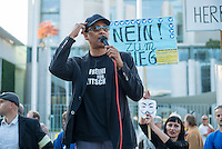 """Ca. 300-350 Menschen nahmen am 3. Oktober 2014 vor dem Kanzleramt in Berlin an einer Mahnwache fuer den Frieden der sog. Montagsdemo teil.<br /> An der Manhwache nahmen Vertreter der sog. Querfront-Iedologie und Verschwoerungstheoretiker teil<br /> Im Bild: Zu den Kundgebungsteilnehmern sprach neben bekennenden Rechten auch der deutsche Pop- und Schlagersaenger Xavier Naidoo. Er trug dabei ein T-Shirt """"Freiheit fuer Deutschland"""".<br /> 3.10.2014, Berlin<br /> Copyright: Christian-Ditsch.de<br /> [Inhaltsveraendernde Manipulation des Fotos nur nach ausdruecklicher Genehmigung des Fotografen. Vereinbarungen ueber Abtretung von Persoenlichkeitsrechten/Model Release der abgebildeten Person/Personen liegen nicht vor. NO MODEL RELEASE! Don't publish without copyright Christian-Ditsch.de, Veroeffentlichung nur mit Fotografennennung, sowie gegen Honorar, MwSt. und Beleg. Konto: I N G - D i B a, IBAN DE58500105175400192269, BIC INGDDEFFXXX, Kontakt: post@christian-ditsch.de<br /> Urhebervermerk wird gemaess Paragraph 13 UHG verlangt.]"""