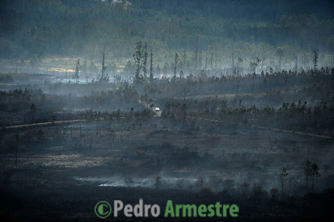 General view of fire yesterday in Negreira, on August 15, 2010, near A Coruña. Pedro ARMESTRE