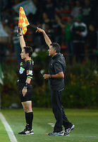 MEDELLÍN -COLOMBIA-27-08-2014. Juan Carlos Osorio técnico de Atlético Nacional de Colombia da instrucciones durante el aprtido con Deportivo La Guaira de Venezuela por la Primera Fase, Zona Norte, Llave G11 de la Copa Total Sudamericana 2014 realizado en el estadio Atanasio Girardot de Medellín./ Juan Carlos Osorio coach of Atletico Nacional of Colombia gives directions during match against Deportivo La Guaira of Venezuela for the first Phase, north zone, key 11 of the Copa Total Sudamericana 2014 played at Atanasio Girardot stadium in Medellin. Photo: VizzorImage/Luis Ríos/STR