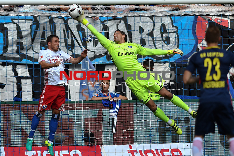17.09.2016,  GER; 1.FBL Hamburger SV vs RB Leipzig , im Bild Torhueter Rene Adler (Hamburg #01) wehrt einen Ball ab Foto © nordphoto / Witke *** Local Caption ***