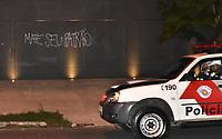 SÃO PAULO,SP - 28.04.2017 - PROTESTO-SP - Em protesto contra o Governo Temer e as reformas da Previdência e Trabalhista, integrantes do movimento Black Block, destroem diversos estabelecimentos comerciais, próximos a residência do Presidente Michel Temer, localizado na zona oeste de São Paulo, na noite desta sexta-feira,28 (Foto: Eduardo Carmim/Brasil Photo Press)