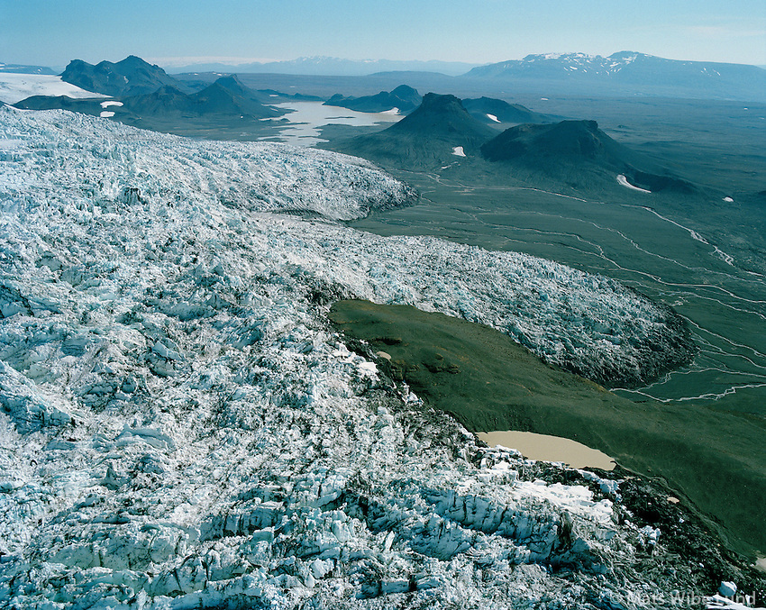 Hagafellsj&circ;kull, Jarlhettur, Bl&middot;fell og Hofsj&circ;kull i baks˝ni,<br /> H&middot;lendi /<br /> Hagafellsjokull glacier &quot;on the move downhill&quot;. In  background the peaks Jarlhettur, and right Blafell mountain. In far distance Hofsjokull glacier.