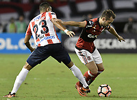BARRANQUIILLA - COLOMBIA, 30-11-2017: Luis Diaz Marulanda (Izq) del Atlético Junior de Colombia disputa el balón con Everton Ribeiro (Der) jugador de Flamengo de Brasil durante partido de vuelta por la semifinal 2 de la Copa CONMEBOL Sudamericana 2017  jugado en el estadio Metropolitano Roberto Meléndez de la ciudad de Barranquilla. / Luis Diaz Marulanda (L) player of Atlético Junior of Colombia struggles the ball with Everton Ribeiro (R) player of Flamengo of Brazil during second leg match for the semifinal 2 of the Copa CONMEBOL Sudamericana 2017played at Metropolitano Roberto Melendez stadium in Barranquilla city.  Photo: VizzorImage / Gabriel Aponte / Staff