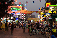 Thailand, Central Thailand, Bangkok: Khao San Road. Famous back-packers street lined with bars and restaurants | Thailand, Zentralthailand, Bangkok: Khao San Road, bei Rucksack-Reisenden bekannte Strasse mit vielen Bars und Restaurants