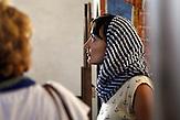 Branka Krneta im Klosterinin in Velki Decani. / Serbische Reisegruppe in serbischen Enklaven im Kosovo, mitorganisiert von Branka Krneta, einer25-jährigen Serbin. Sie fahren an historisch serbisch dominierte Orte. Die Teilnehmer stehen meist der nationalistischen Organisation Kosmet nahe und sehen Kosovo als Teil Serbiens.
