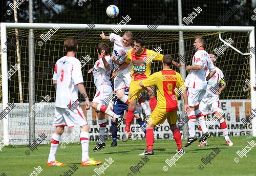 2012-08-15 / Voetbal / seizoen 2012 / Bornem - Kapellen / Glenn Van der Linden (Hoogstraten) klimt hoger dan Kevin Geets...Foto: Mpics.be