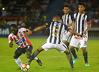 BARRANQUILLA - COLOMBIA, 26-04-2018: Yimmy Chará (Izq.) jugador de Atlético Junior disputa el balón con José Guidino (Der.) jugador de Alianza Lima, durante partido entre Atlético Junior (Col) y Alianza Lima (PER), de la fase de grupos, grupo H, fecha 4, por la Copa Conmebol Libertadores 2018, jugado en el estadio Metropolitano Roberto Meléndez de la ciudad de Barranquilla. / Yimmy Chara (L) player of Atletico Junior vies for the ball with José Guidino (R) player of Alianza Lima, during a match between Atletico Junior (Col) and Alianza Lima (PER), of the group stage, group H, 4th date for the Copa Conmebol Libertadores 2018 at the Metropolitano Roberto Melendez Stadium in Barranquilla city. Photo: VizzorImage  / Alfonso Cervantes / Cont.