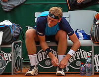 Paris, France, 24 June, 2016, Tennis, Roland Garros,  Thiemo de Bakker (NED) tying his shoes during changeover<br /> Photo: Henk Koster/tennisimages.com