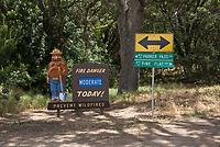 Hinweisschild ueber Waldbrandgefahr im Sequoia National Park.<br /> 9.6.2017, Sequoia National Park<br /> Copyright: Christian-Ditsch.de<br /> [Inhaltsveraendernde Manipulation des Fotos nur nach ausdruecklicher Genehmigung des Fotografen. Vereinbarungen ueber Abtretung von Persoenlichkeitsrechten/Model Release der abgebildeten Person/Personen liegen nicht vor. NO MODEL RELEASE! Nur fuer Redaktionelle Zwecke. Don't publish without copyright Christian-Ditsch.de, Veroeffentlichung nur mit Fotografennennung, sowie gegen Honorar, MwSt. und Beleg. Konto: I N G - D i B a, IBAN DE58500105175400192269, BIC INGDDEFFXXX, Kontakt: post@christian-ditsch.de<br /> Bei der Bearbeitung der Dateiinformationen darf die Urheberkennzeichnung in den EXIF- und  IPTC-Daten nicht entfernt werden, diese sind in digitalen Medien nach §95c UrhG rechtlich geschuetzt. Der Urhebervermerk wird gemaess §13 UrhG verlangt.]