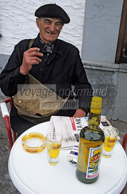 Europe/France/Auvergne/15/Cantal/Valluejols : Camille Gibrat - Berger - devant sa liqueur de gentiane [Non destiné à un usage publicitaire - Not intended for an advertising use] <br /> PHOTO D'ARCHIVES // ARCHIVAL IMAGES<br /> FRANCE 1990