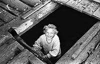 ROMANIA, Maramures, Ieud, July 2000..A young girl plays in a abandoned house..ROUMANIE, Maramures, Ieud, Juillet 2000..Une petite fille joue dans une maison abandonnée..© Bruno Cogez