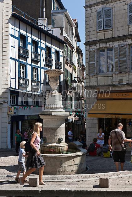 Europe/France/Aquitaine/64/Pyrénées-Atlantiques/Pays-Basque/Bayonne: Vieilles demeures et fontaine Place Pasteur et rue du Pilori