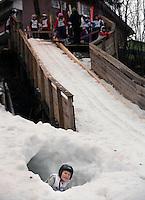 Espen Berntzen Høgstedt fra Asker skiklubb slapper av i en snøhule mens han venter på tur under Jardarrennet.