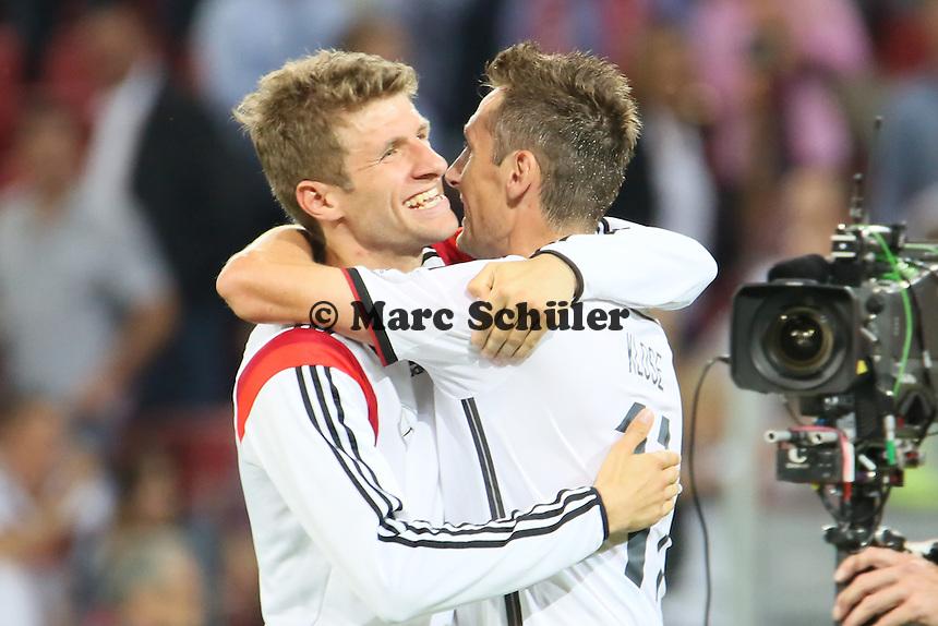 Thomas Müller beglückwünscht Miroslav Klose (D) zum Rekord - Deutschland vs. Armenien in Mainz
