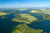 Biosphärenreservat Schaalsee:EUROPA, DEUTSCHLAND, Mecklenburg- Vorpommern, 18.06.2005:.Als Tafelsilber der Deutschen Einheit bezeichnete der damalige Umweltminister Dr. Klaus Töpfer die fünf Nationalparke, sechs Biosphärenreservate und drei Naturparke, die 1990 durch die erste frei gewählte DDR Regierung ausgewiesen und mit dem Einigungsvertrag in Bundesdeutsches Recht übernommen wurden. Auch die einmalige Kulturlandschaft am Schaalsee wurde damals, zunächst als Naturpark, unter Schutz gestellt. Im Jahre 2000 wurde die mecklenburger Schaalseelandschaft durch die UNESCO als Internationales Biosphärenreservat  ausgewiesen. Blickrichtung von Sued nach Nord in der Mitte Kampenwerder. Naturpark Lauenburgische Seen .Luftaufnahme, Luftbild,  Luftansicht.