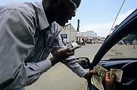 BURUNDI, Bujumbura, black money exchange / Geldwechsel auf dem Schwarzmarkt