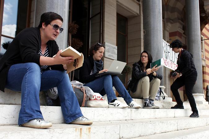 """Die Bürgerinitiative """"Jedan grad, jedna borba"""" – """"Eine Stadt, ein Kampf"""" protestiert gegen die Politik der Stadtverwaltung von Sarajevo vor der Vijecnica, dem Standort der National- und Universitätsbibliothek Bosniens (NUB) bis zum Brand 1992."""