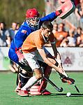 BLOEMENDAAL   - Hockey -  2e wedstrijd halve finale Play Offs heren. Bloemendaal-Amsterdam (2-2) . A'dam wint shoot outs.  Xavi Lleonart Blanco (Bldaal) met keeper Philip van Leeuwen (A'dam) tijdens de shoot outs.  .COPYRIGHT KOEN SUYK