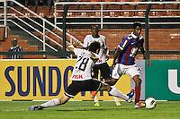 ATENÇÃO EDITOR: FOTO EMBARGADA PARA VEÍCULOS INTERNACIONAIS SÃO PAULO,SP,20 OUTUBRO 2012 - CAMPEONATO BRASILEIRO - CORINTHIANS x BAHIA - Gabriel jogador do Bahia  durante partida Corinthians x Bahia válido pela 32º rodada do Campeonato Brasileiro no Estádio Paulo Machado de Carvalho (Pacaembu), na região oeste da capital paulista na tarde deste domingo (32).(FOTO: ALE VIANNA -BRAZIL PHOTO PRESS).