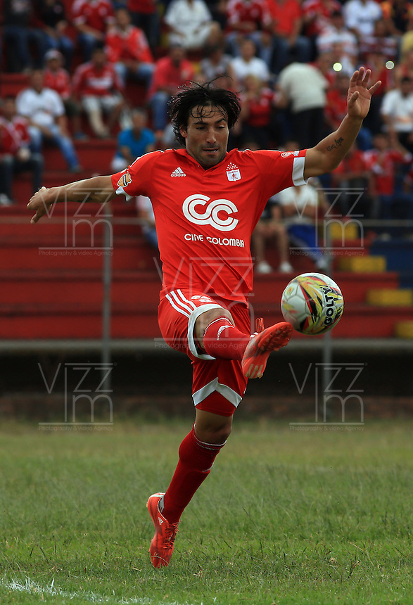 POPAYÁN -COLOMBIA-09-08-2015. Ernesto Farias jugador del América de Cali en acción durante partido de vuelta con Universitario de Popayán por la fecha 5 del Torneo Águila 2015 jugado en el estadio Ciro Lopez de Popayán./ Ernesto Farias of America de Cali in action during the second leg match against Universitario de Popayan for the date 5 of the Aguila Tournament 2015 played at Ciro Lopez stadium in Popayan. Photo: VizzorImage/Juan C. Quintero/