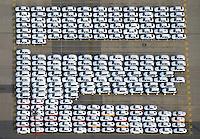 Auto Verladung Hamburg : EUROPA, DEUTSCHLAND, HAMBURG (EUROPE, GERMANY), 24.10.2015: Neuwagen der Firma Audi warten auf den Transport in alle Welt am Uni Kai im Hamburger Hafen
