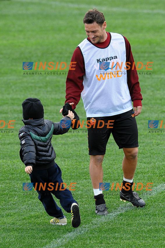 Francesco Totti con il figlio Christian.Roma 4/1/2012 Centro Sportivo Trigoria.Football Calcio 2011/2012 Serie A.Allenamento AS Roma.Foto Insidefoto Andrea Staccioli