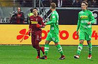 Torwart Yann Sommer (Borussia Mönchengladbach) wird ausgewechselt und verabschiedet von seinen Mitspielern - 26.01.2018: Eintracht Frankfurt vs. Borussia Moenchengladbach, Commerzbank Arena