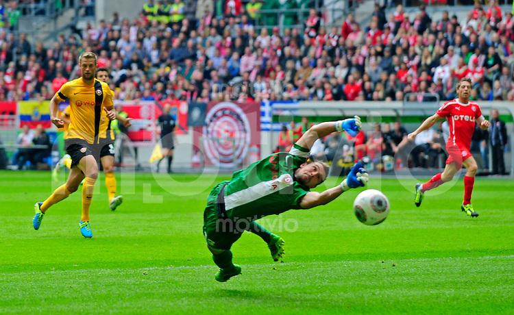 Fussball, 2. Bundesliga, Saison 2013/14, 7. Spieltag, Fortuna Duesseldorf - SG Dynamo Dresden, Sonntag (15.09.13), Duesseldorf, Esprit Arena. Dresdens Torwart Benjamin Kirsten parriert.