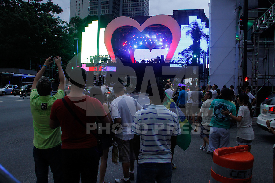 ATENCAO EDITOR IMAGEM EMBARGADA PARA VEICULOS INTERNACIONAIS -  SAO PAULO, SP, 30 DEZEMBRO 2012 - PALCO DA VIRADA - REVEILLON AV. PAULISTA - A passagem de som da banda Blitz deu um clima romance e final de ano na noite deste domingo(30) na Av. Paulista. Pedestrea aproveitaram para tirarem fotos e lotarem as calcadas ao redor do palco. (FOTO: AMAURI NEHN / BRAZIL PHOTO PRESS).