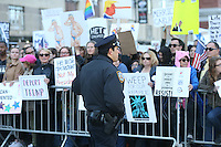 NEW YORK, NY 20.02.2017 - PROTESTO-TRUMP - Protesto contra o presidente norte americano Donald Trump no dia nacional do presidente em frente a torre do Trump Internacional Hotel no Central Parque em Manhattan New York nos Estados Unidos nesta segunda-feira, 20. (Foto: Vanessa Carvalho/Brazil Photo Press)
