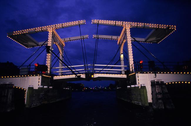 NETHERLANDS, AMSTERDAM, AT NIGHT, AMSTEL RIVER, MAGERE BRUG, SKINNY BRIDGE (DRAWBRIDGE)