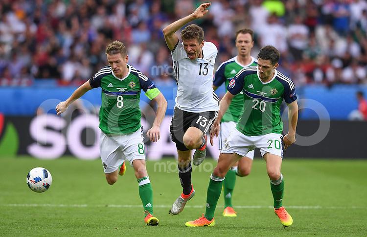 FUSSBALL EURO 2016 GRUPPE C IN PARIS Nordirland - Deutschland     21.06.2016 Thomas Mueller (Mitte, Deutschland) gegenSteven Davis (li) und Craig Cathcart (re, Nordirland)