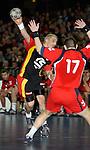Handball Herren, Laenderspiel, UNIVERSA-CUP Hanns-Martin-Schleyerhalle Stuttgart (Germany) Nationalmannschaften, Deutschland - Tschechien Stefan Kretzschmar (GER) wirft den Ball vorne: Roman Farar (CZE) versucht ihn zu blocken