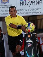 BOGOTA- COLOMBIA -16 -02-2014: Juan Gamarra, arbitro del partido Independiente Santa Fe y Deportivo Cali por la quinta fecha de la Liga Postobon I 2014, jugado en el Nemesio Camacho El Campin de la ciudad de Bogota. / Juan Gamarra, referee of a match Independiente Santa Fe and Deportivo Cali for the fifth date of the Liga Postobon I 2014 at the Nemesio Camacho El Campin Stadium in Bogoto city. Photo: VizzorImage  / Luis Ramirez / Staff