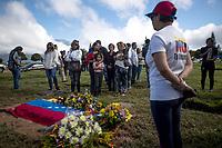 VEN17. CARACAS (VENEZUELA), 21/01/2018.- Parientes y simpatizantes del exinspector de la Policía científica venezolana Óscar Pérez se reúnen hoy, domingo 21 de enero de 2018, en el Cementerio del Este de Caracas (Venezuela) para honrar su memoria con una misa en el lugar en el que fue enterrado este domingo por las autoridades con la presencia de solo dos de sus familiares. EFE/Miguel Gutiérrez