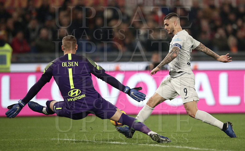 Football, Serie A: AS Roma - InterMilan, Olympic stadium, Rome, December 02, 2018. <br /> Inter's captain Mauro Icardi (r) in action with Roma's goalkeeper Robin Olsen (l) during the Italian Serie A football match between Roma and Inter at Rome's Olympic stadium, on December 02, 2018.<br /> UPDATE IMAGES PRESS/Isabella Bonotto