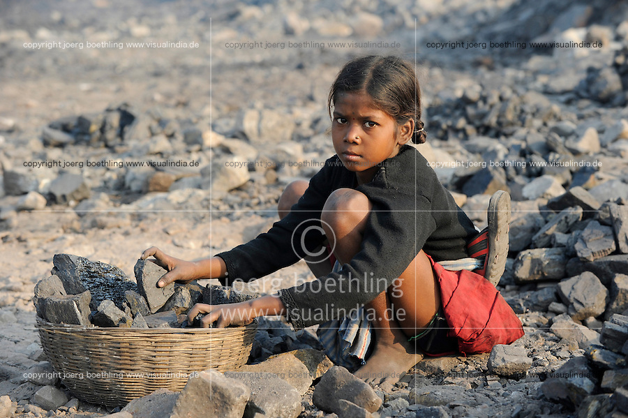 INDIEN Jharia Kinder sammeln Kohle am Rande eines offenen Kohletagebaus der BCCL Ltd zum Verkauf als Koks auf dem Markt | .INDIA Jharkhand Jharia, families and children collect coal from coalfield of BCCL Ltd. to sell after coking on the market for their  livelihood, girl Sonia 8 years