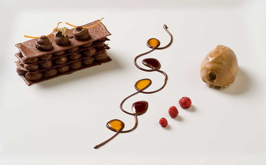 Nederland,Schoonloo, 1 juli  2009.Restaurant Herberg de Loohoeve.Grand desert met veel verschillende smaken, zoals ijs, chocolade mousse..Foto (c) Michiel Wijnbergh
