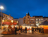 Italien, Suedtirol (Trentino - Alto Adige), Brixen: Weihnachtsmarkt mit Kinderkarussell auf dem Domplatz vor dem Rathaus | Italy, South Tyrol (Trentino - Alto Adige), Bressanone: christmas market with merry-go-round and townhall at Piazza Duomo